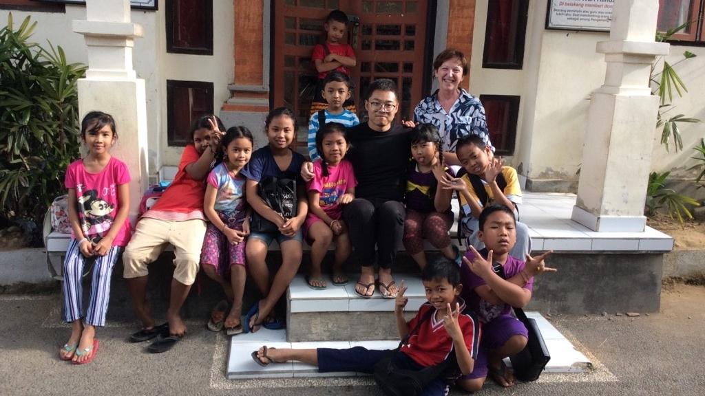 Gertraud Klingsbigl und ihre Schulklasse auf Bali